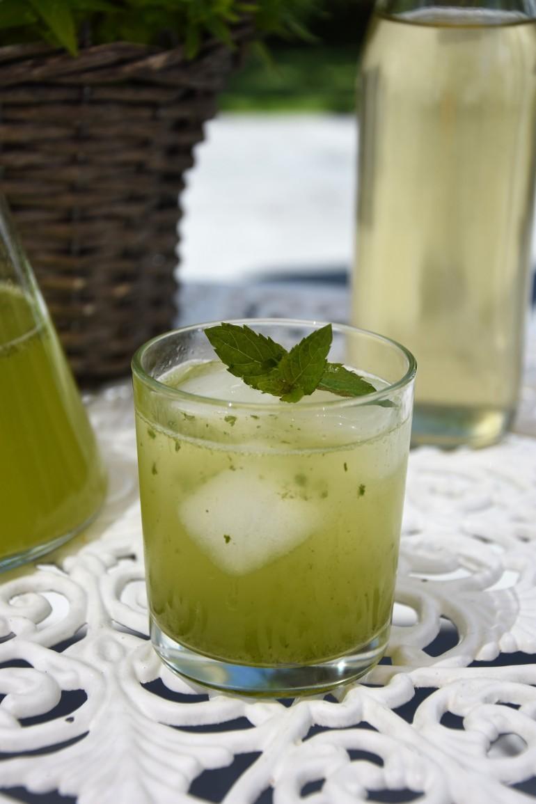 Erfrischende Holunder Minze Basilikum Limonade