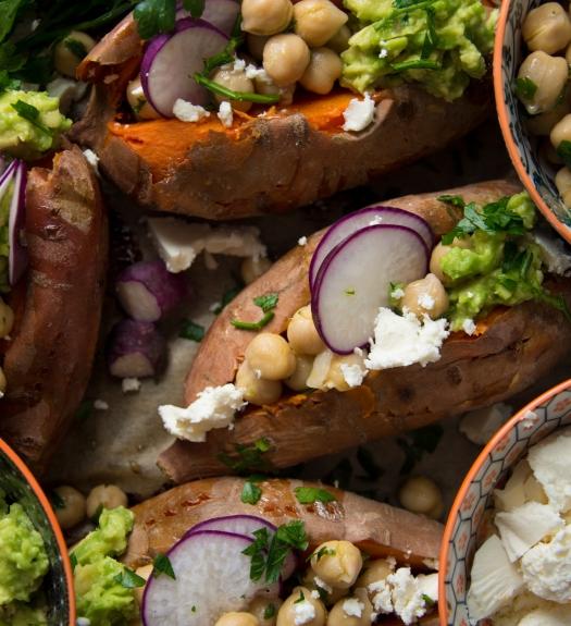 Süßkartoffeln mit Kichererbsen, Avocado und Feta