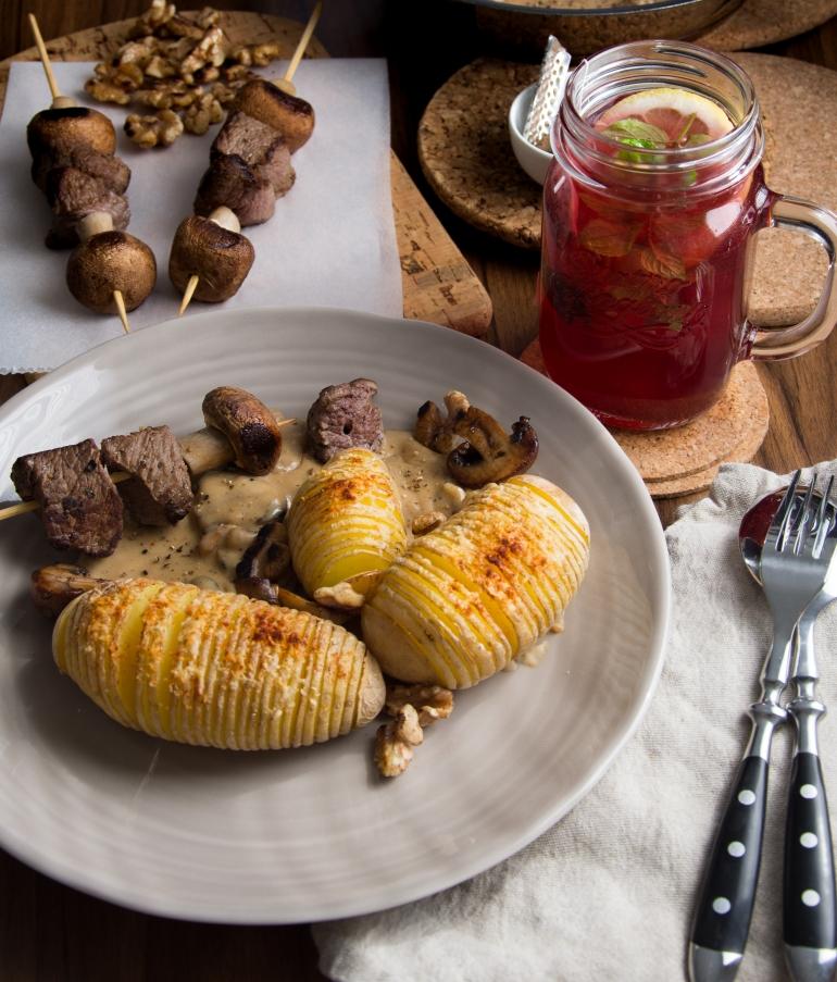 Wild Pilz Spieße mit Fächerkartoffeln und Walnuss Pilz Rahmsauce