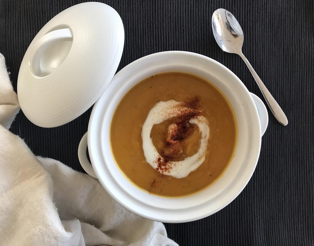 Cremige Butternuss-Kürbis Suppe mit Knoblauch