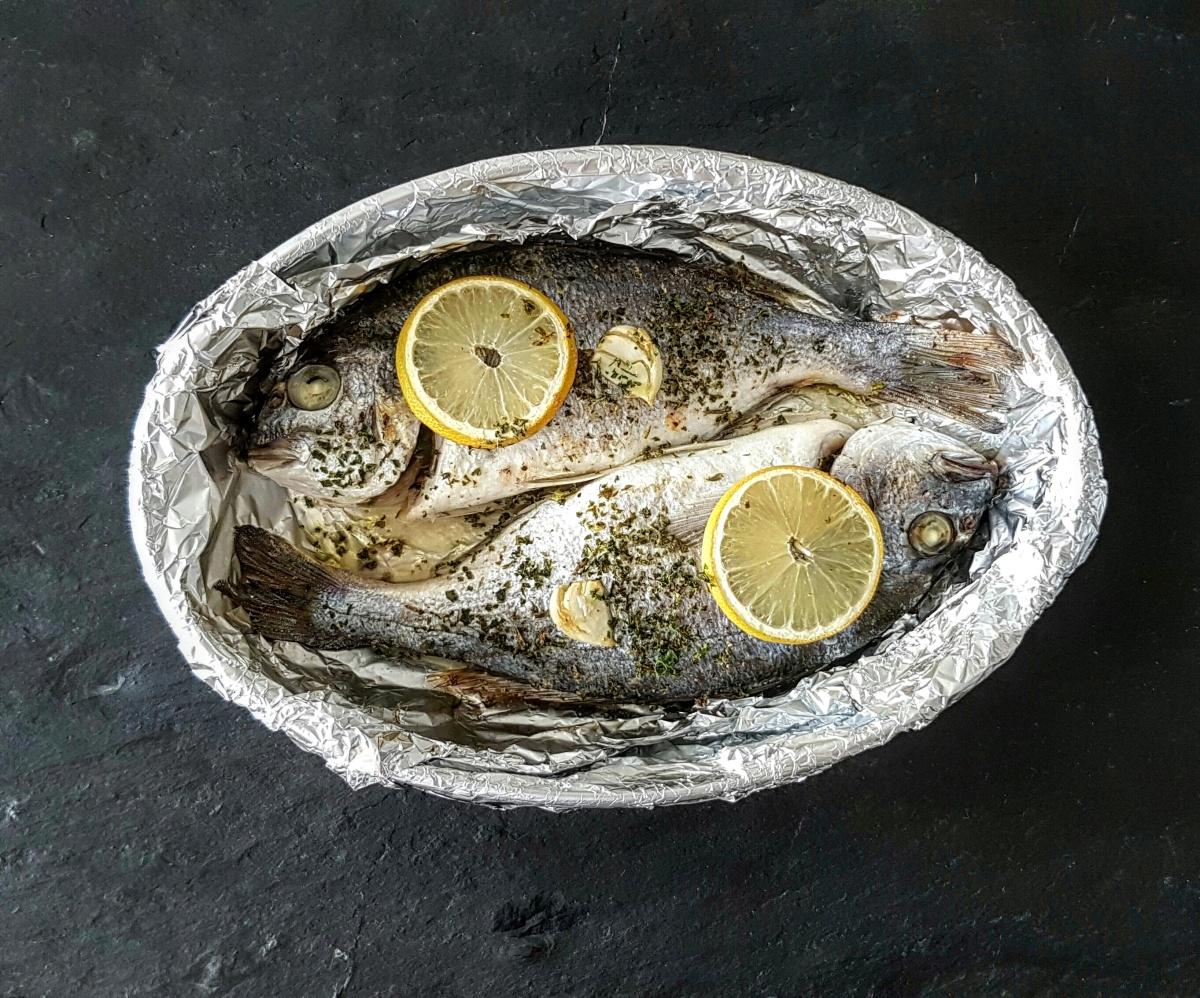 Zitronen-Petersilien Dorade aus dem Ofen mit Tomaten und Reis