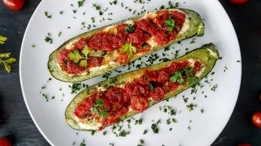 Gefüllte Zucchini mit Ricotta und Tomaten
