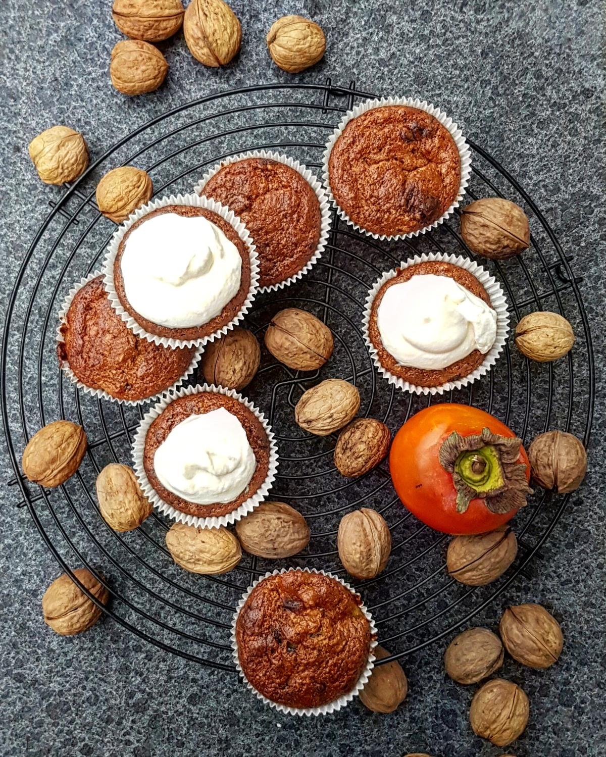 Muffins mit Kaki, Schokolade, Zimt und Walnüssen