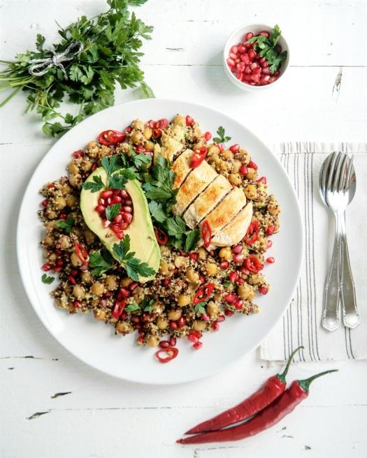 Quinoa Salat mit Granatapfelkernen und scharfem Honig Dressing