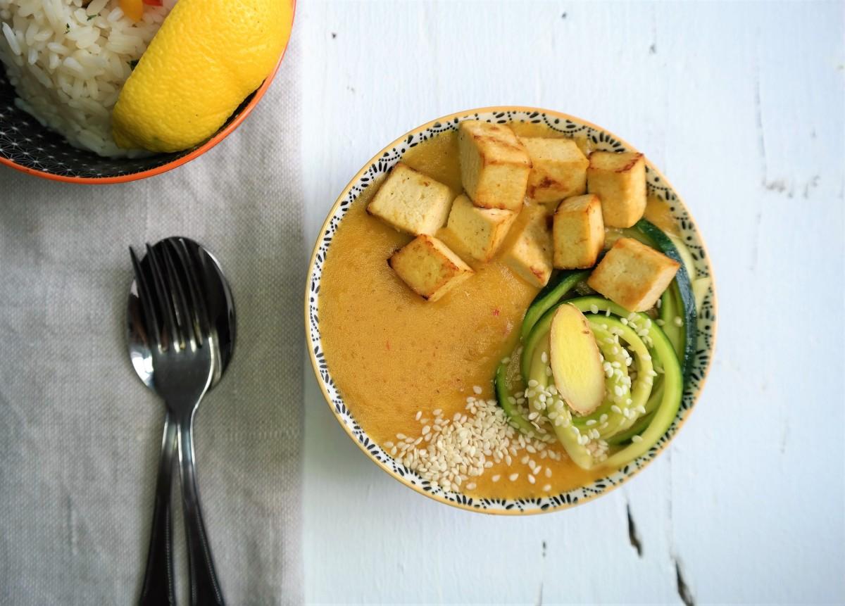 Veganes gelbes Curry mit Tofu und Gemüse