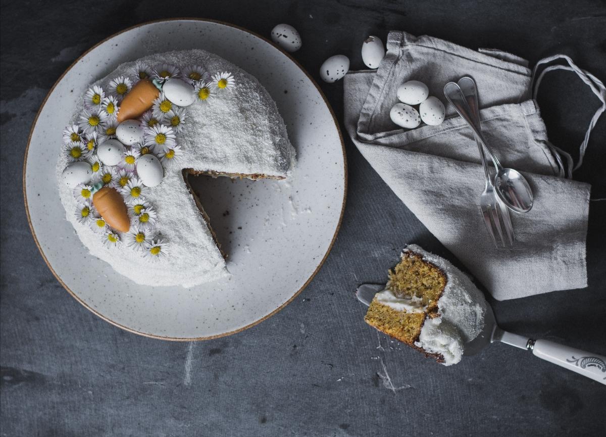easter carrot cake angebissen