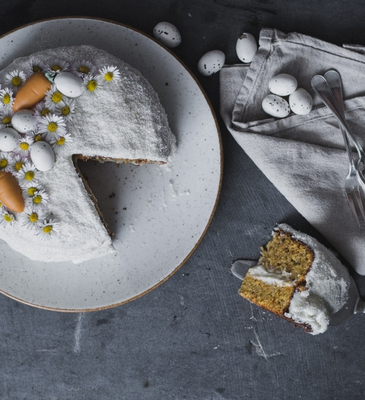 easter carrot cake angebissen